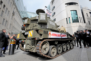 Фанаты Кларксона приехали к редакции «Би-би-си» на танке