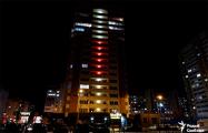 Многоэтажку в Гомеле подсветили в цвета национального флага