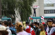 Мужчина забрался на трамвай и поднял бело-красно-белый флаг