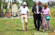 Семья из Англии ездить по Беларуси и ставить мемориалы жертвам Холокоста
