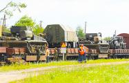 Фотофакт: В Слониме на платформах заметили военную технику