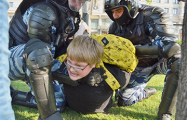 Фотофакт: Московская полиция против 14-летнего ребенка