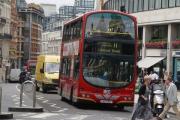 В Лондоне двухэтажный автобус столкнулся с мостом
