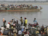 При крушении парома в Индии погибли 105 человек