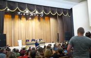 На встрече с городскими властями в Вилейке люди начали скандировать «Лукашенко в автозак!»