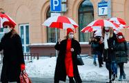 Минчанки c бело-красно-белыми зонтиками прогулялись по Осмоловке