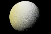 На поверхности спутника Сатурна обнаружили красные дуги