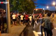 В центре Минска люди массово оказывают сопротивление ОМОНу