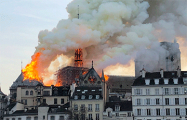Крыша собора Парижской Богоматери полностью обрушилась