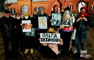 Минчане пришли к Красному костелу поддержать Ольгу Хижинкову