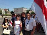 Фотофакт: Белорусы пришли на инаугурацию Порошенко под бело-красно-белыми флагами