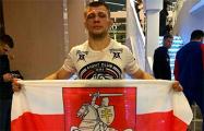 Белорусский боец отпраздновал победу на турнире ММА под бело-красно-белым флагом