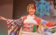 Японка шьет кимоно с белорусскими национальными орнаментами