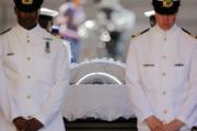 Правительство ЮАР осудило публикацию фотографии Манделы в гробу