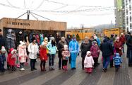 Жители Новой Боровой устроили массовые гуляния во дворе
