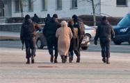 Видеофакт: Сколько надо карателей, чтобы задержать пожилую женщину