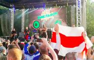 На выступлении «Крамбамбули» в Минске подняли бело-красно-белый флаг