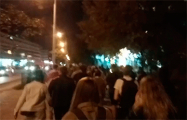 Большая колонна демонстрантов идет к ТЦ «Рига» в Минске