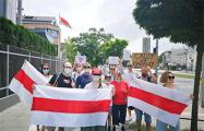 Белорусы Варшавы стихийно выходят к посольству страны