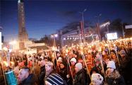 Десятки тысяч латвийцев приняли участие в факельном шествии в Риге