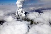 В результате извержения вулкана в Японии погиб человек