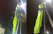 В Киеве мужчина прыгнул с парашютом с дома и зацепился за электроопору