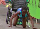 Кенийская бегунья завершила марафон на четвереньках