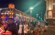 Огромная колонна протестующих движется по проспекту Независимости