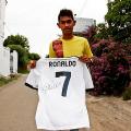 Криштиану Роналду подарил мальчику, выжившему в цунами, футболку с автографом