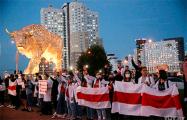 Акция солидарности проходит у статуи Зубра на проспекте Дзержинского