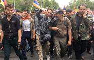 В Ереване лидер оппозиции возглавил колонну протестующих