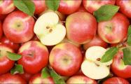 Жители белорусской Вилейки выставляют яблоки на улице города