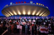 В Гомеле прямо сейчас тысячи мирных горожан собрались у цирка и скандируют «Уходи!»