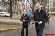 Охрана посольства РФ в Минске вызвала ОМОН против возлагавших цветы людей