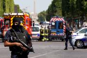 В Париже вооруженный водитель протаранил фургон жандармерии