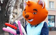 Житель Бреста в костюме лиса: У детей забрали куклу, которая раздавала им воздушные шарики