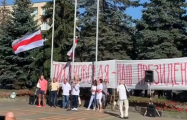 В Кобрине на площади подняли бело-красно-белый флаг
